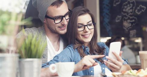Ein Pärchen surft entspannt im öffentlichen WLAN eines Cafés - mit G DATA Mobile Internet Security.