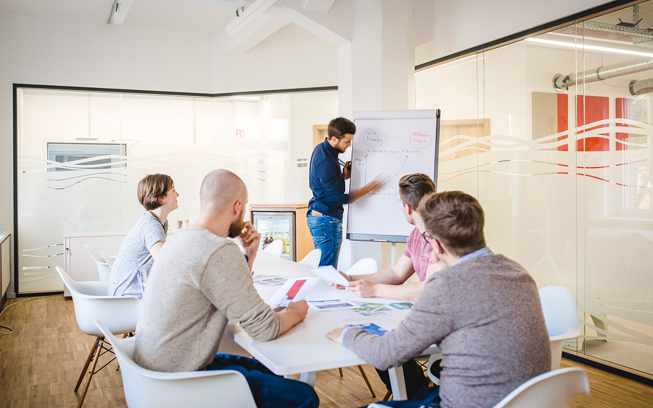 Bild: Awareness-Training mit Mitarbeitern in Meeting-Raum