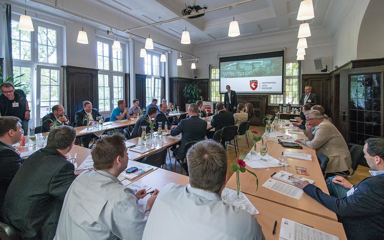 Bild: Referent hält Vortrag zum Thema Incident Readiness vor anwesenden Mitarbeitern