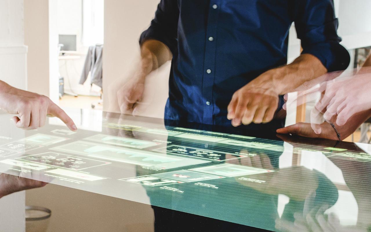 Bild: Security-Experten analysieren Daten auf einem Touchscreen